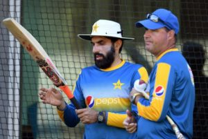 Pakistan's captain Misbah-ul-Haq (L) chats with head coach Mickey Arthur during a practice session in Melbourne on December 25, 2016, on the eve of their Boxing Day Test match against Australia © AFP/File William West